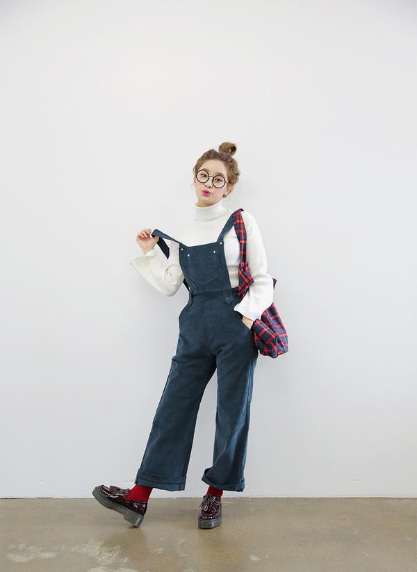 phối quần yếm với áo sweater